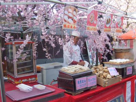 京都。しだれ桜の下の屋台。
